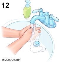 Rửa sạch tay sau khi đặt thuốc trị viêm âm đạo xong