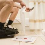 Tác hại khi sử dụng điện thoại trong nhà vệ sinh đó là khiến bạn bị bệnh trĩ